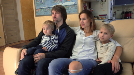 happy-caucasian-family-watching-tv-in-their-apartment-man-woman-and-two-cute-kids-having-rest-at-home-together-4k-steadicam-shot_haobg0ell_thumbnail-full01.png